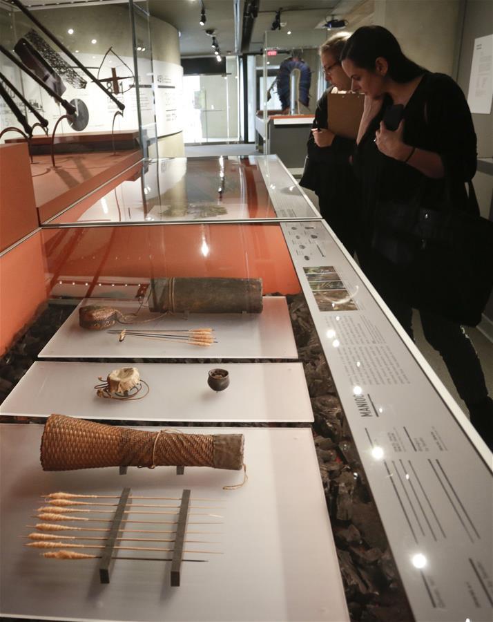 """VANCOUVER, marzo 10, 2017 (Xinhua) -- Mujeres visitan la exhibición """"Amazonia: los derechos de la naturaleza"""" en el Museo de Antropología en Vancouver, Canadá, el 9 de marzo de 2017. La exhibición se llevó a cabo para crear conciencia sobre la deforestación en la región amazónica debido a las excesivas actividades humanas. (Xinhua/Liang Sen)"""