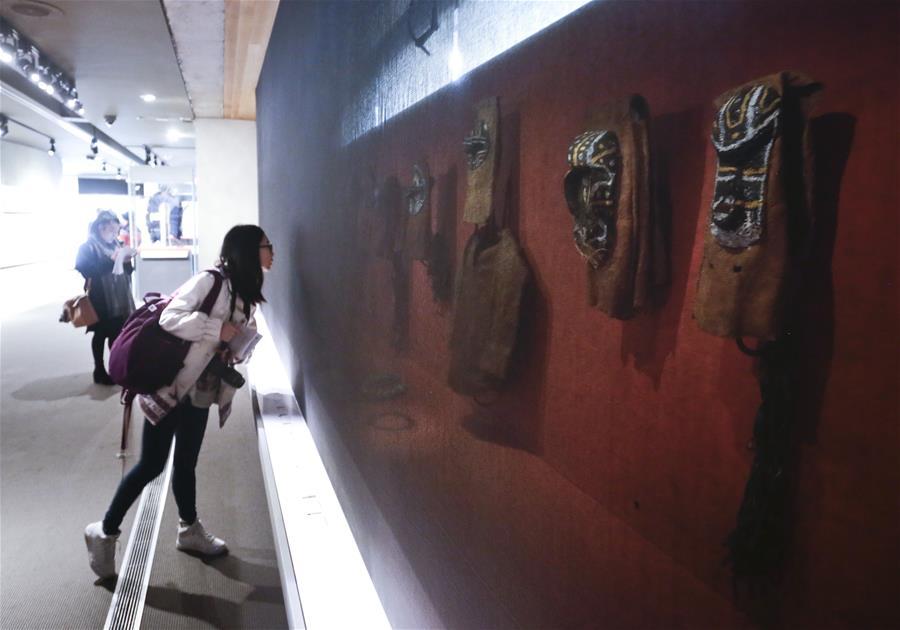 """VANCOUVER, marzo 10, 2017 (Xinhua) -- Una mujer observa obras durante la exhibición """"Amazonia: los derechos de la naturaleza"""" en el Museo de Antropología en Vancouver, Canadá, el 9 de marzo de 2017. La exhibición se llevó a cabo para crear conciencia sobre la deforestación en la región amazónica debido a las excesivas actividades humanas. (Xinhua/Liang Sen)"""