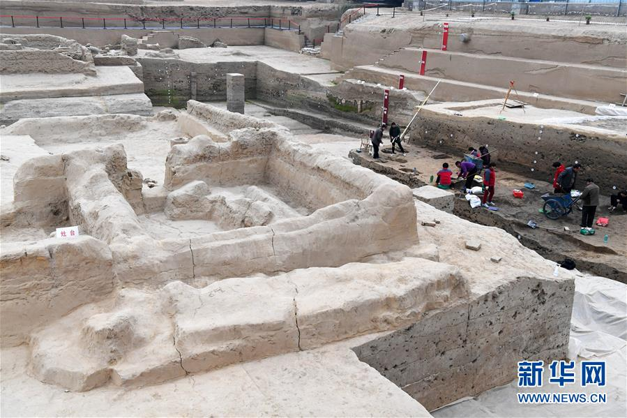 Archaeologists working at the Xinzheng Gate site, a gate on the wall of the ruins of Bianliang (Kaifeng