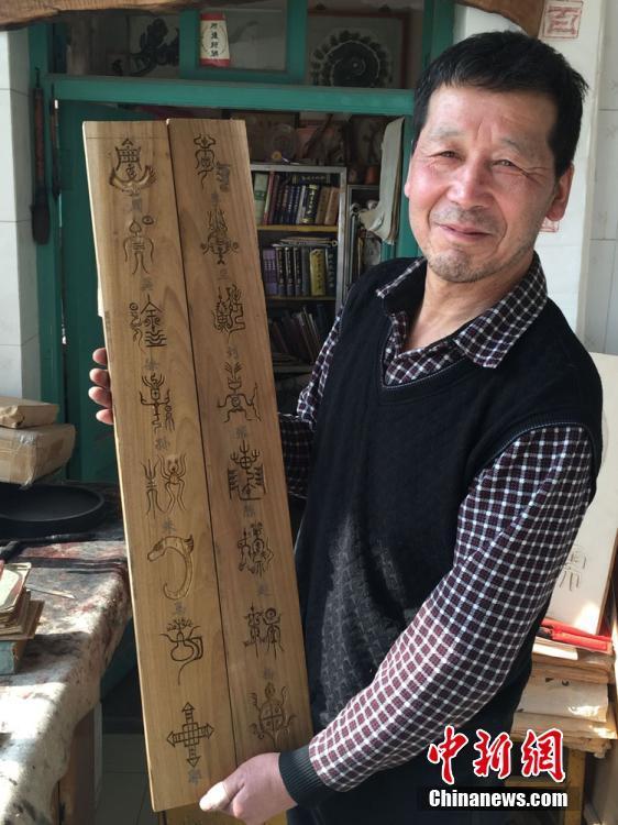 Découvrir l'origine des noms chinois à travers des sculptures sur bois