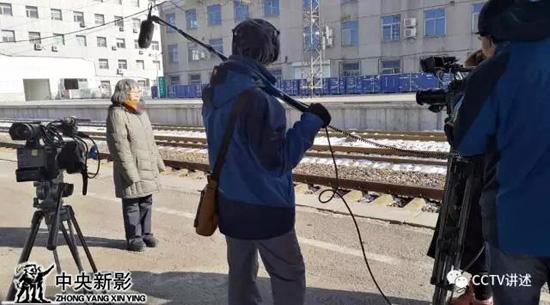 摄制组在鞍山火车站采访易秀珍