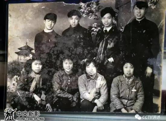 雷锋(第二排左一)在鞍钢与同事合影