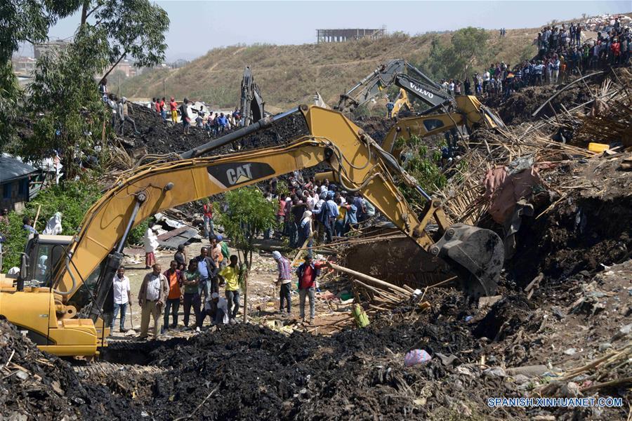ADIS ABEBA, marzo 12, 2017 (Xinhua) -- Rescatistas buscan a personas desaparecidas en el sitio de un derrumbe en un vertedero de basura, a las afueras de la ciudad de Adis Abeba, capital de Etiopía, el 12 de marzo de 2017. Autoridades de la Administración Municipal de la capital de Etiopía, Addis Abeba, dijeron a Xinhua que suman 35 muertos por un enorme derrumbe ocurrido en un vertedero de basura en las afueras de la ciudad. El derrumbe tuvo lugar el sábado en la noche, sepultó varios inmuebles y causó la desaparición de decenas de residentes locales. (Xinhua/Wang Shoubao)