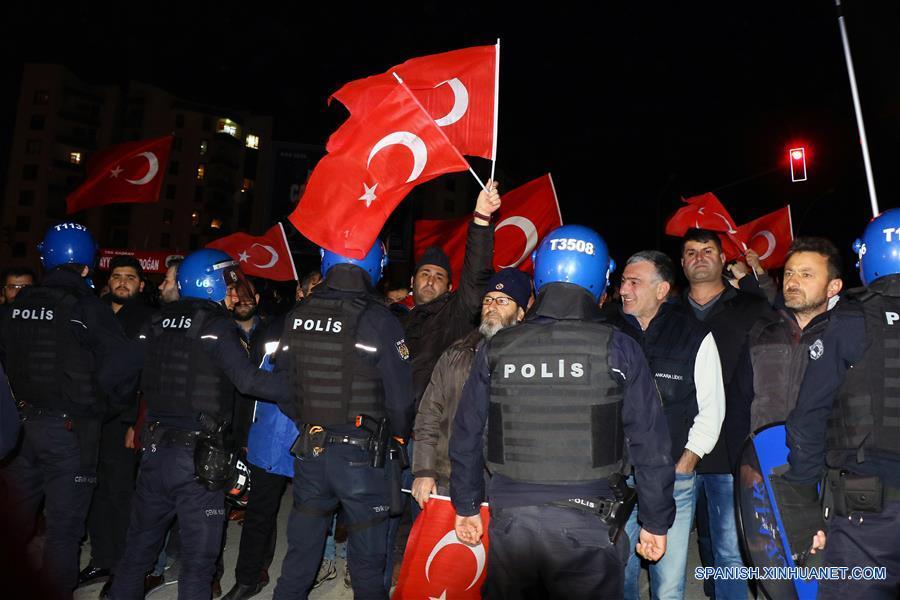 Turquía se enfrasca en crisis diplomática con Holanda