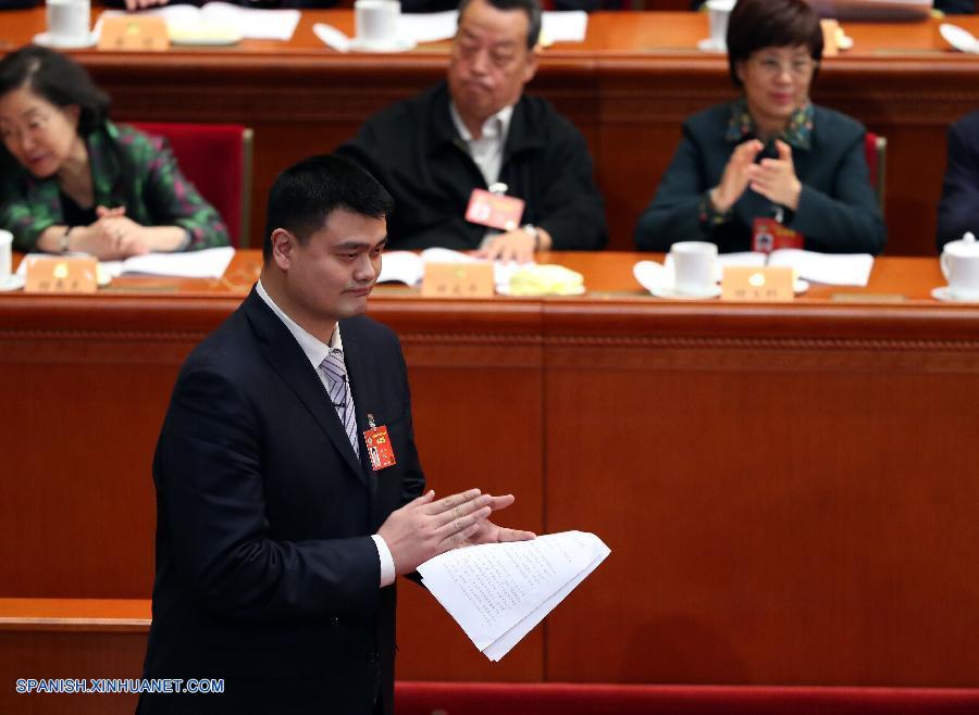 BEIJING, marzo 10, 2017 (Xinhua) -- Yao Ming, miembro del XII Comité Nacional de la Conferencia Consultiva Política del Pueblo Chino (CCPPCh), camina hacia el podio para pronunciar un discurso en la tercera reunión plenaria de la quinta sesión del XII Comité Nacional de la CCPPCh, en el Gran Palacio del Pueblo, en Beijing, capital de China, el 10 de marzo de 2017. (Xinhua/Zhang Cheng)
