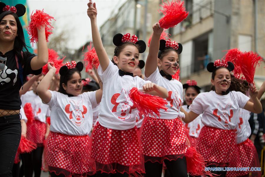 """JOLON, marzo 12, 2017 (Xinhua) -- Niñas participan durante el Desfile de Purim en Jolón, Israel, el 12 de marzo de 2017. Purim es una festividad que conmemora la salvación del pueblo judío de la """"trama de Hamán"""", durante el reinado del antiguo imperio persa, de acuerdo con el libro bíblico de Ester. (Xinhua/Guo Yu)"""