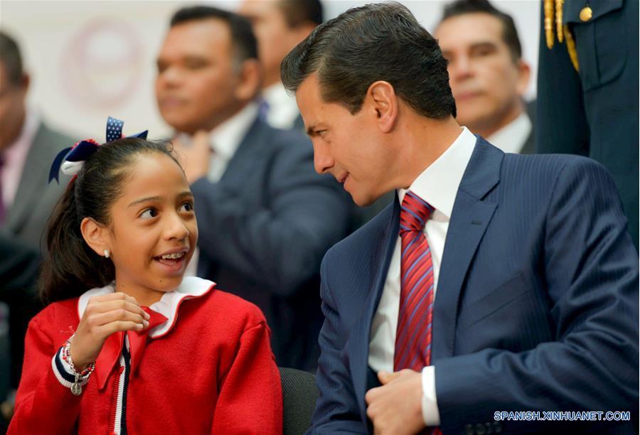 CIUDAD DE MEXICO, marzo 13, 2017 (Xinhua) -- Imagen cedida por la Presidencia de México, del presidente mexicano, Enrique Peña Nieto (3-i), participando durante la ceremonia de presentación del Modelo Educativo para la Educación Obligatoria, en Palacio Nacional, en la Ciudad de México, capital de México, el 13 de marzo de 2017. De acuerdo con información de la prensa local, el lunes fue presentado el Modelo Educativo para la Educación Obligatoria, en el que por primera vez se incluye la enseñanza obligatoria del idioma inglés desde el nivel preescolar, además de otorgar herramientas para la enseñanza de computación a todas las escuelas desde la primaria. (Xinhua/Presidencia de México)