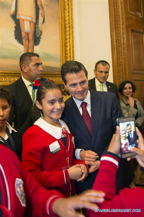 CIUDAD DE MEXICO, marzo 13, 2017 (Xinhua) -- Imagen cedida por la Presidencia de México, del presidente mexicano, Enrique Peña Nieto (c), participando durante la ceremonia de presentación del Modelo Educativo para la Educación Obligatoria, en Palacio Nacional, en la Ciudad de México, capital de México, el 13 de marzo de 2017. De acuerdo con información de la prensa local, el lunes fue presentado el Modelo Educativo para la Educación Obligatoria, en el que por primera vez se incluye la enseñanza obligatoria del idioma inglés desde el nivel preescolar, además de otorgar herramientas para la enseñanza de computación a todas las escuelas desde la primaria. (Xinhua/Presidencia de México)