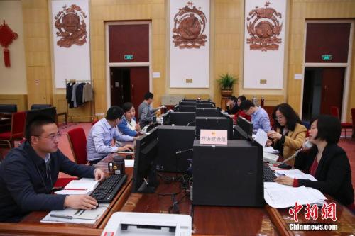 3月13日,十二届全国人大五次会议秘书处议案组,工作人员正抓紧对代表议案逐件进行分析。