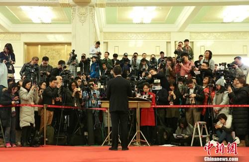 """3月12日,十二届全国人大五次会议在北京人民大会堂举行第三次全体会议,""""部长通道""""受到众多记者关注。"""