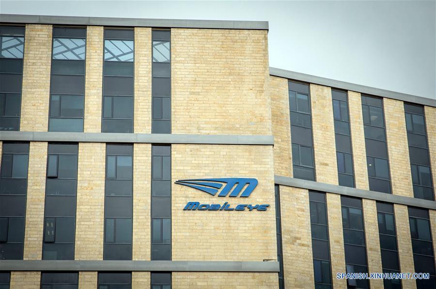 Vista del logo de Mobileye, un desarrollador israelí de tecnologías de conducción autónoma, frente al edificio de la sede de la compañía en Jerusalén, el 13 de marzo de 2017. El gigante estadounidense de los microprocesadores indicó el lunes que acordó adquirir Mobileye, un desarrollador israelí de tecnologías de conducción autónoma, por 15,300 millones de dólares estadounidenses, una suma récord por una empresa tecnológica israelí. (Xinhua/JINI)