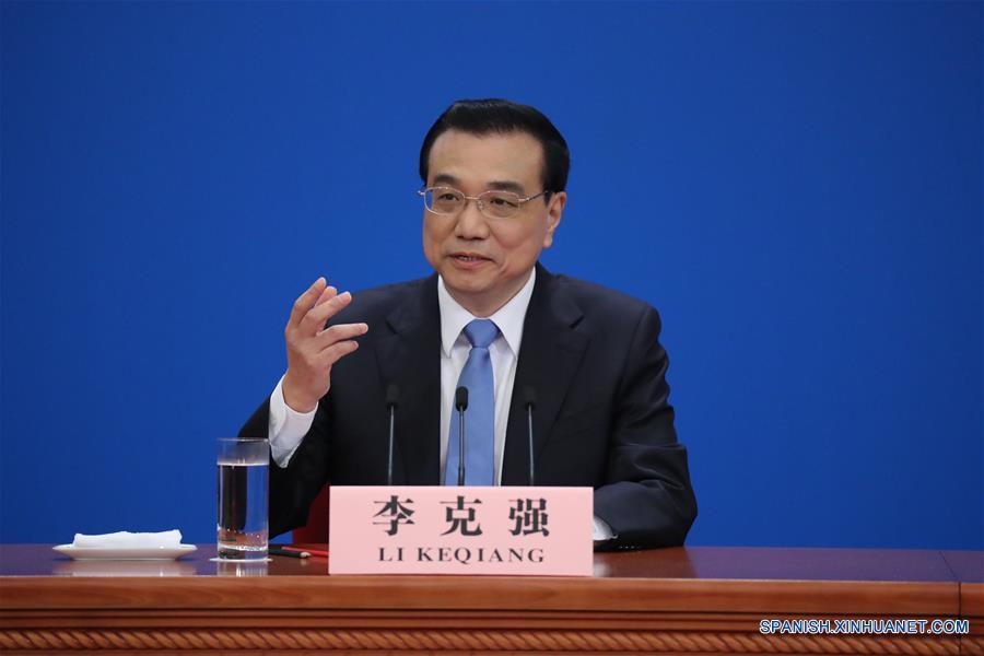 El primer ministro chino, Li Keqiang, ofrece hoy miércoles una rueda de prensa con representantes de medios de comunicación nacionales y extranjeros en el Gran Palacio del Pueblo, tras el cierre de la sesión anual de la Asamblea Popular Nacional, máximo órgano legislativo del país.(Xinhua/Chen Yehua)
