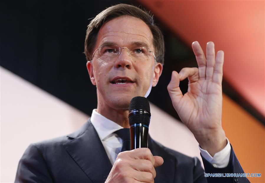 LA HAYA, marzo 15, 2017 (Xinhua) -- El primer ministro y líder del Partido por la Libertad y la Democracia VVD de Países Bajos, Mark Rutte, pronuncia un discurso durante la noche de elecciones, en La Haya, Países Bajos, el 15 de marzo de 2017. El partido liberal derechista VVD del actual primer ministro de Países Bajos, Mark Rutte, lleva la delantera en las elecciones parlamentarias de 2017, de acuerdo con una encuesta de salida dada a conocer el miércoles. De acuerdo con la encuesta de salida, el VVD ha obtenido 31 de los 150 escaños en el Parlamento de Países Bajos. El partido derechista PVV, el CDA y el D66 obtuvieron 19 escaños cada uno, agregó. (Xinhua/Ye Pingfan)