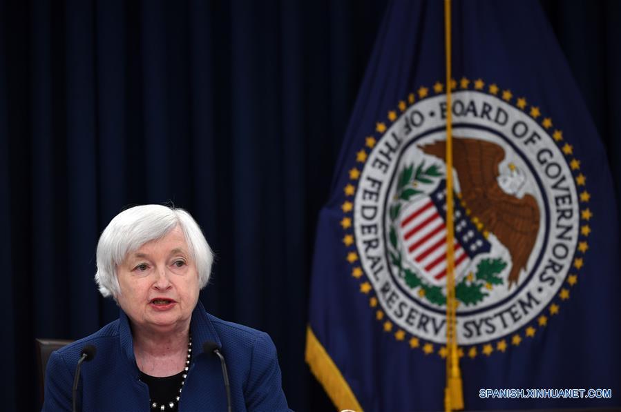 WASHINGTON, marzo 15, 2017 (Xinhua) -- La presidente de la Reserva Federal de Estados Unidos de América, Janet Yellen, participa durante una conferencia de prensa, en Washington D.C., capital de Estados Unidos de América, el 15 de marzo de 2017. La Reserva Federal de Estados Unidos de América elevó el miércoles las tasas de interés por tercera ocasión desde la crisis financiera mundial de 2008 debido al fortalecimiento del mercado laboral y al aumento de la inflación. (Xinhua/Yin Bogu)