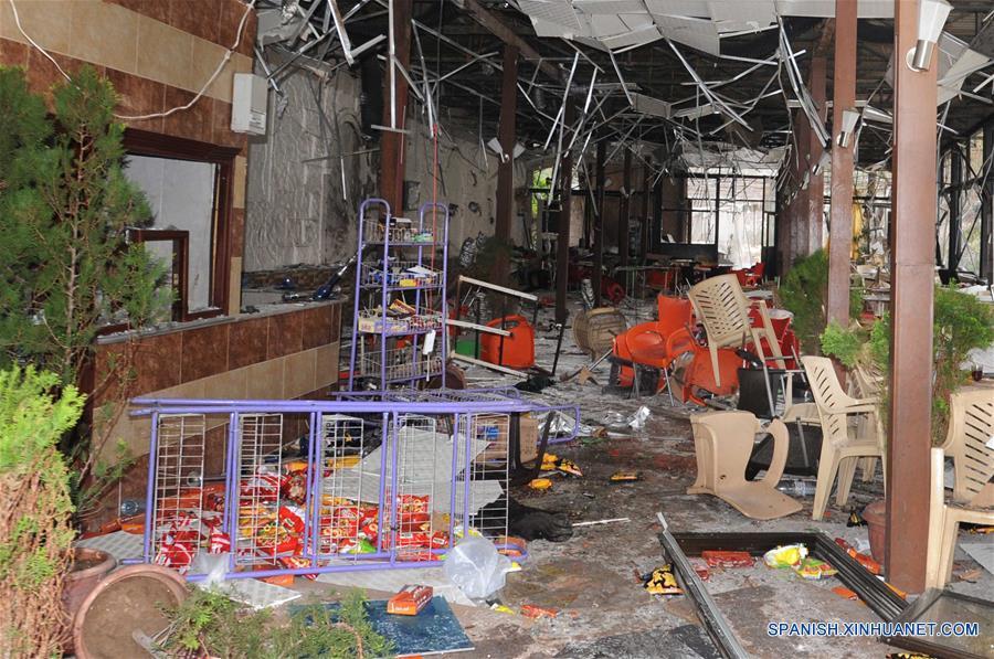 DAMASCO, marzo 15, 2017 (Xinhua) -- Vista de los daños en el interior de un restaurante luego de un atentado suicida, en Damasco, Siria, el 15 de marzo de 2017. El atentado terrorista sacudió el restaurante el miércoles en Damasco hiriendo a 24 personas. (Xinhua/Ammar Safarjalani)
