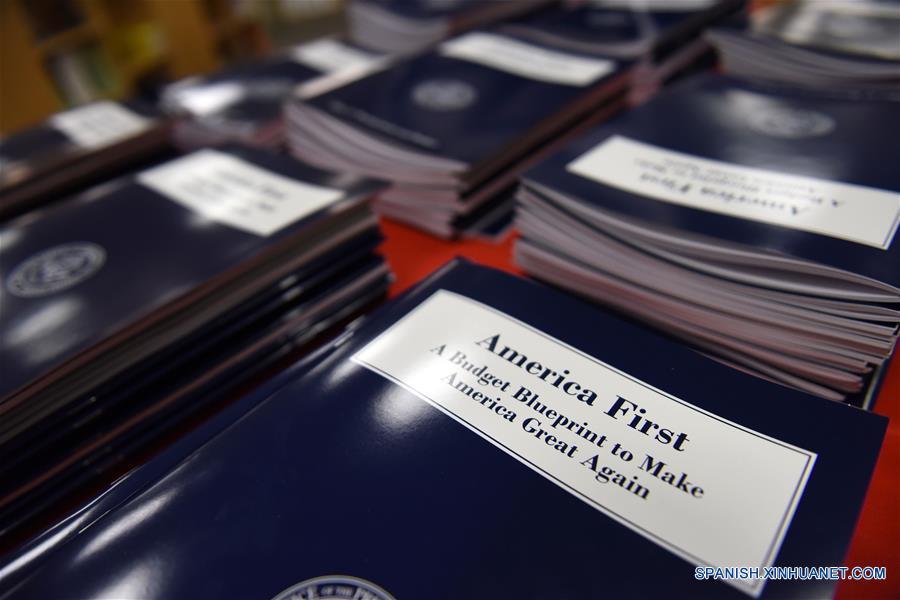WASHINGTON D.C., marzo 16, 2017 (Xinhua) -- Copias del primer proyecto presupuestario de la administración del presidente estadounidense Donald Trump son vistas en Washington D.C., Estados Unidos de América, el 16 de marzo de 2017. El presidente de Estados Unidos de América, Donald Trump, presentó el jueves el primer proyecto presupuestario de su administración que busca recortar gastos en departamentos y agencias federales para financiar el creciente gasto en defensa. (Xinhua/Yin Bogu)