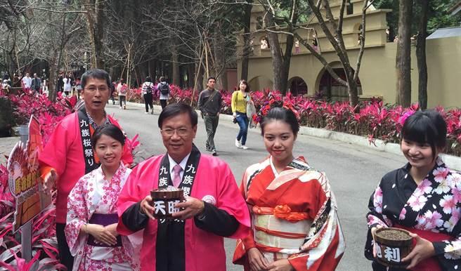 """南投县长林明溱(左2)努力拚观光。图为九族文化村樱花季。(图片来源:台湾""""中时电子报"""")"""