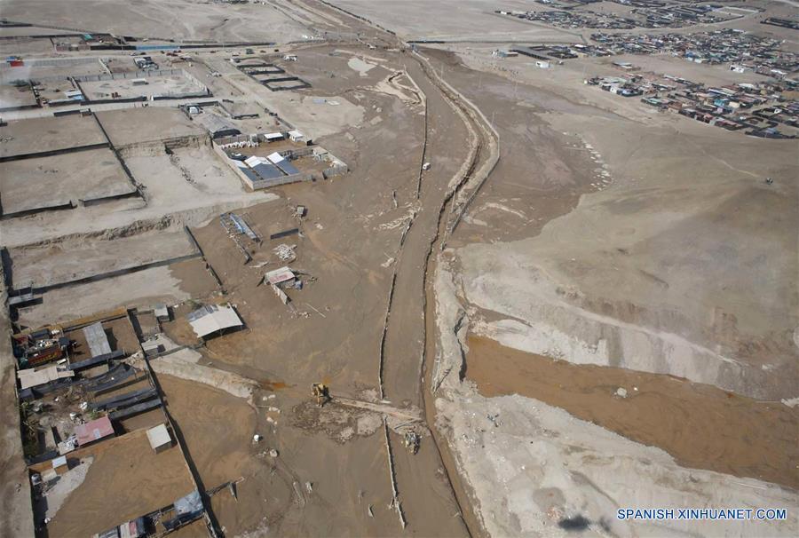 """LIMA, marzo 16, 2017 (Xinhua) -- Vista de las afectaciones luego de la caída de un nuevo huaico en la zona del balneario de Punta Hermosa, provincia de Lima, Perú, el 16 de marzo de 2017. Las lluvias intensas provocadas por el Fenómeno El Niño costero afectan Lima desde el mediodía del miércoles. Las adversas condiciones climáticas, con lluvias torrenciales, siguen afectando el desarrollo de varias regiones peruanas, lo que ha obligado a las autoridades a estar en permanente """"alerta roja"""" para atender las necesidades de las poblaciones. (Xinhua/ANDINA)"""