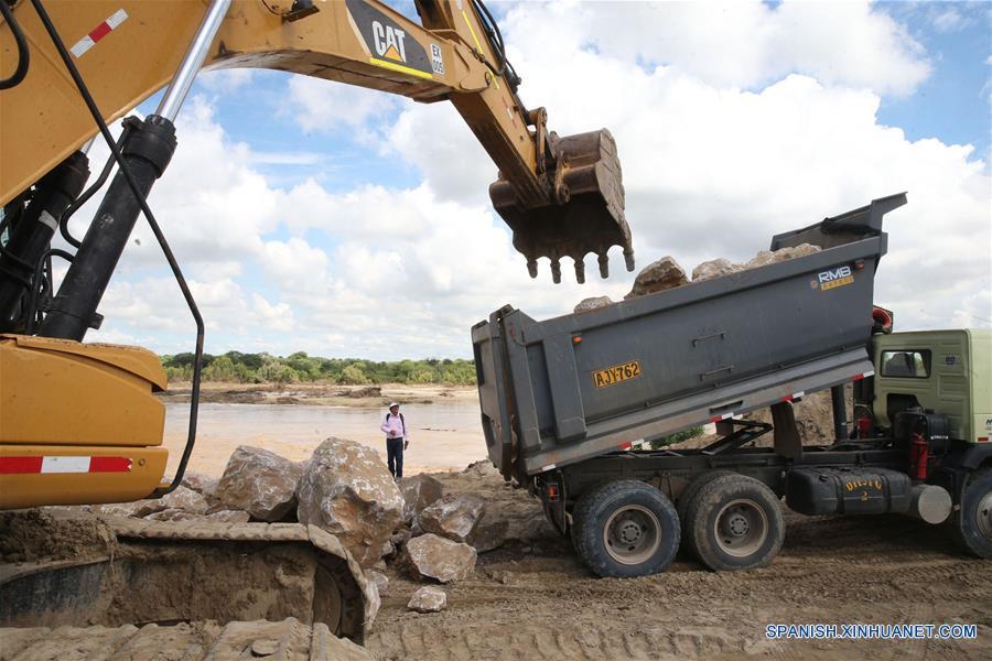 """PIURA, marzo 16, 2017 (Xinhua) -- Maquinaria labora en la descolmatación del río Piura, en Piura, Perú, el 16 de marzo de 2017. Las adversas condiciones climáticas, con lluvias torrenciales, siguen afectando el desarrollo de varias regiones peruanas, lo que ha obligado a las autoridades a estar en permanente """"alerta roja"""" para atender las necesidades de las poblaciones. (Xinhua/Vidal Tarqui/ANDINA)"""