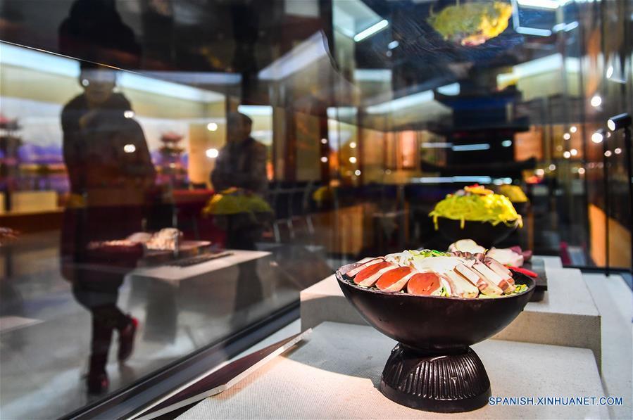 JILIN, marzo 16, 2017 (Xinhua) -- Turistas visitan las obras de arte de chocolate exhibidas en una exposición de arte llevada a cabo en Jilin, provincia de Jilin, en el noreste de China, el 16 de marzo de 2017. Más de 700 obras de arte de chocolate participan en la exposición de arte. (Xinhua/Xu Chang)
