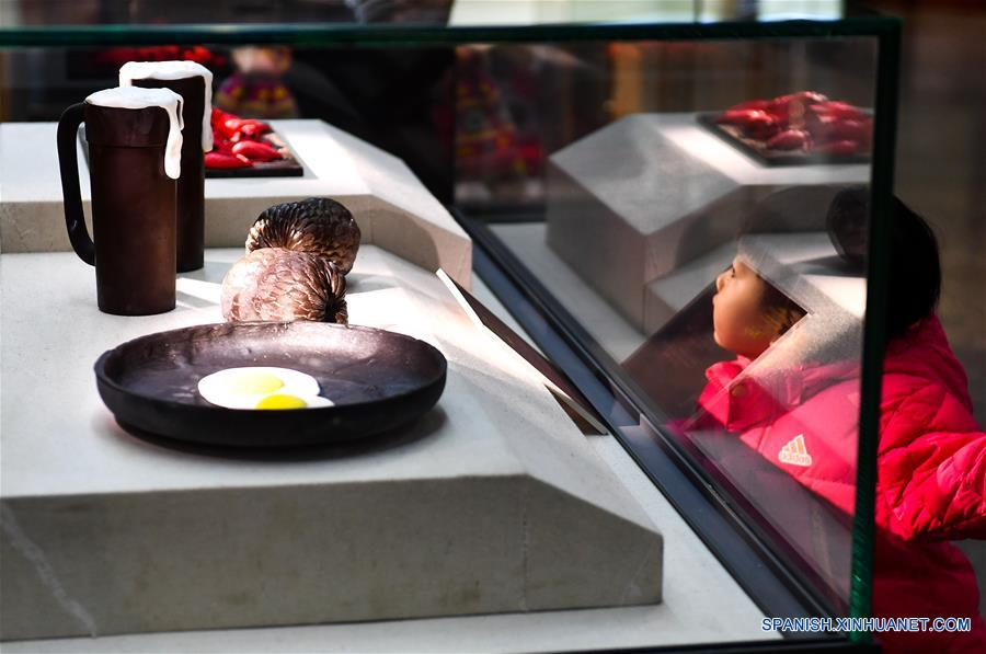 JILIN, marzo 16, 2017 (Xinhua) -- Una niña observa las obras de arte de chocolate exhibidas en una exposición de arte llevada a cabo en Jilin, provincia de Jilin, en el noreste de China, el 16 de marzo de 2017. Más de 700 obras de arte de chocolate participan en la exposición de arte. (Xinhua/Xu Chang)
