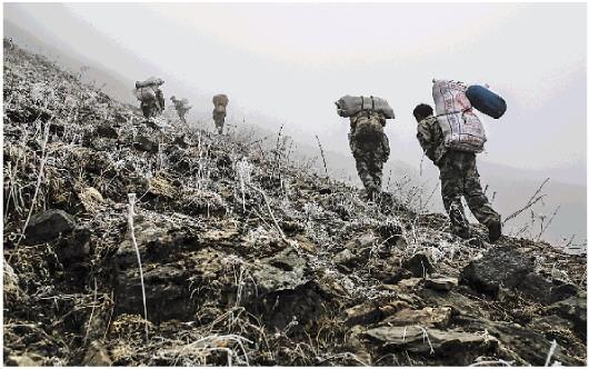 反盗猎巡山队的队员们在海拔约4000米的山腰上艰难攀爬着。此时,浓雾迷漫,能见度很低,加大了巡山的危险性。