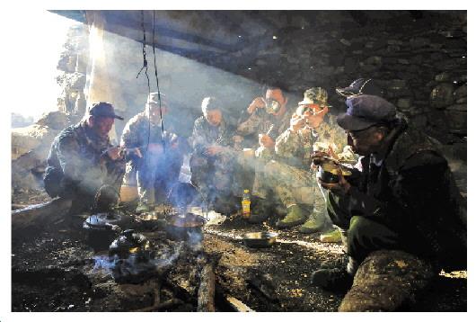 傍晚,巡山队员们围坐在一起吃晚饭。巡山期间,他们吃的最多的是火锅料煮莲花白。