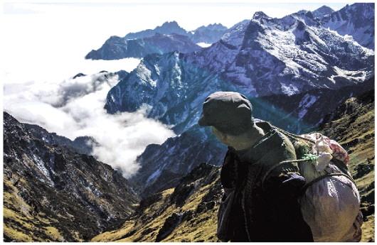 巡山队员每天都要在海拔四五千米的雪山和云海中走过。