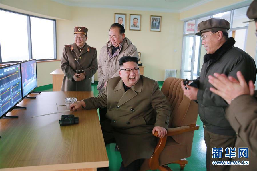 """Kim Jong Un declara que prueba de motor para cohete es """"renacimiento"""" de industria nacional"""