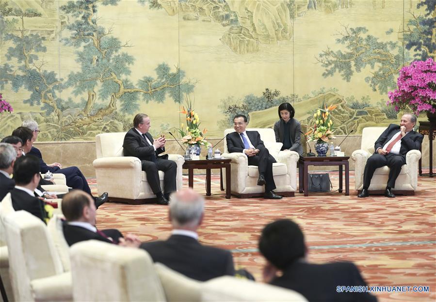 El primer ministro chino, Li Keqiang, se reúne con representantes de ultramar que asistieron al Foro de Desarrollo de China (FDCh) en Beijing. (Xinhua/Pang Xinglei)
