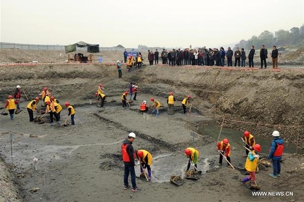 آثاريون يكتشفون كنوزا قديمة في أعماق نهر بجنوب غربي الصين