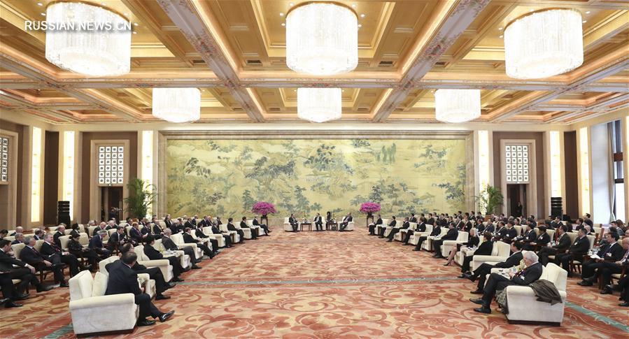 """Ли Кэцян встретился с участвующими в годичной конференции форума на высоком уровне """"Развитие Китая - 2017"""" зарубежными делегатами"""