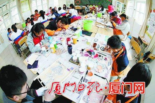 """海沧举办""""莫兰蒂""""台风灾后重建作品制作冬令营,学生们用废弃树木、瓦片制成手工艺品。"""