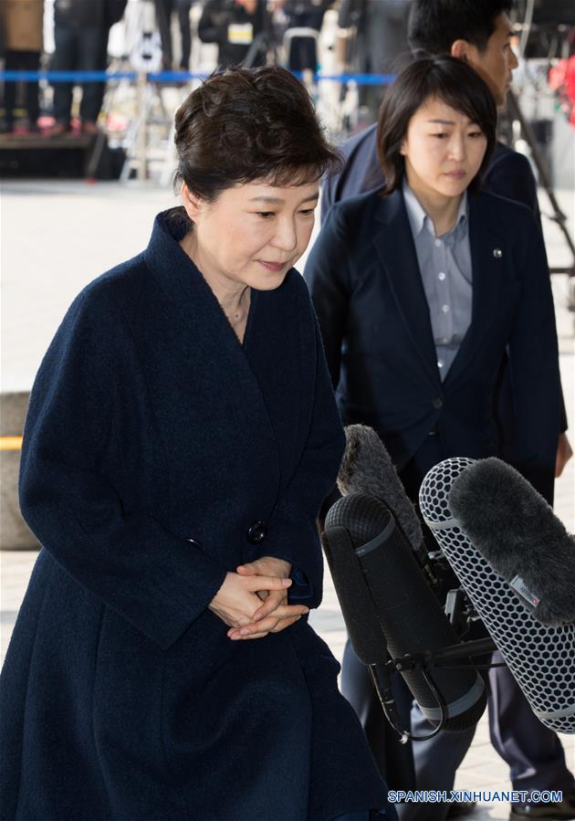 SEUL, 21 mar (Xinhua) -- La destituida expresidenta de la República de Corea Park Geun-hye pidió perdón ante el público y las cámaras de televisión que se agolparon este martes en la sede de la Fiscalía del Distrito Central de Seúl y aseguró que responderá fielmente a las preguntas de los investigadores.