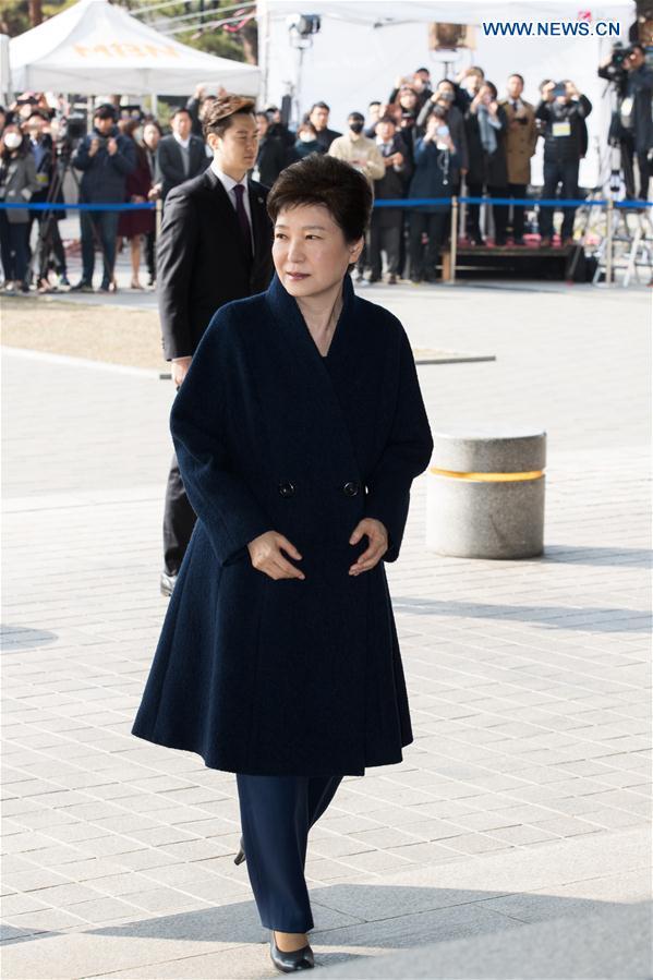 La présidente sud-coréenne destituée demande pardon à la foule avant d
