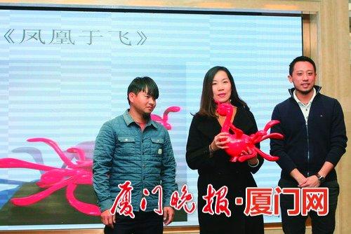 红十字义卖活动现场,市民拍下台湾艺术家作品《凤凰于飞》奉献爱心。