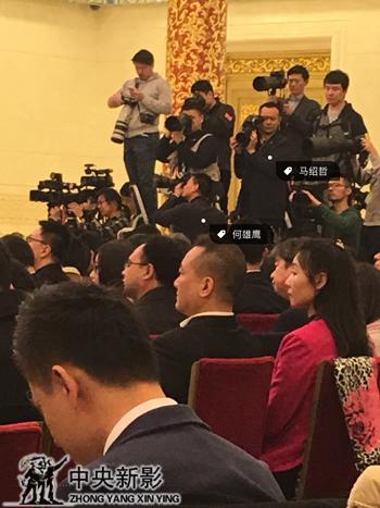 摄影师何雄鹰和马绍哲在记者会现场