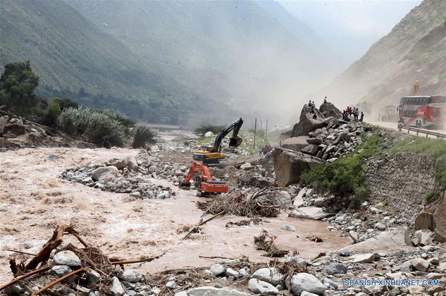 LIMA, marzo 21, 2017 (Xinhua) -- Los trabajos de descolmatación del río Rímac a la altura del kilometro 45 de la carretera Central son llevados a cabo, en Lima, Perú, el 21 de marzo de 2017. Las fuertes lluvias que se registran en Perú persistirán durante al menos dos semanas en 12 regiones del país sudamericano, informó el martes el Centro de Operaciones de Emergencia Nacional (COEN). De acuerdo con la entidad, las regiones más afectadas continuarán siendo Tumbes, Piura, Lambayeque, La Libertad y Ancash en el noroeste, Lima en el centro-este, Ica, Arequipa, Moquegua y Tacna en el sur, y Huancavelica y Ayacucho en el sureste. (Xinhua/Vidal Tarqui/ANDINA)