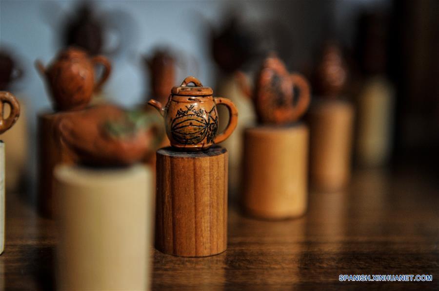 ANHUI, marzo 20, 2017 (Xinhua) -- Creaciones talladas en huesos de duraznos por el artista Ma Yongbing se exhiben en Xuancheng, provincia de Anhui, en el este de China, el 20 de marzo de 2017. El los últimos 25 años, Ma Yongbing, ha creado más de un millar de piezas de esculturas en huesos de durazno. Las creaciones de Ma destacan principalmente las historias chinas tradicionales, arquitecturas, paisajes, entre otros. (Xinhua/Meng Dingbo)