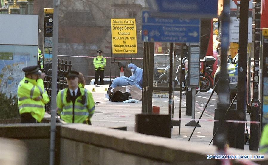 LONDRES, marzo 22, 2017 (Xinhua) -- Trabajadores de los servicios de emergencia y oficiales forenses laboran en el Puente de Westminster, en Londres, Reino Unido, el 22 de marzo de 2017. La policía británica confirmó el miércoles que el número de muertos por el ataque ocurrido afuera del Parlamento en el centro de Londres se ha elevado a cinco. El comisionado asistente de la Policía Metropolitana, Mark Rowley, dijo a los reporteros que alrededor de 40 personas resultaron lesionadas en el ataque. (Xinhua/Tim Ireland)