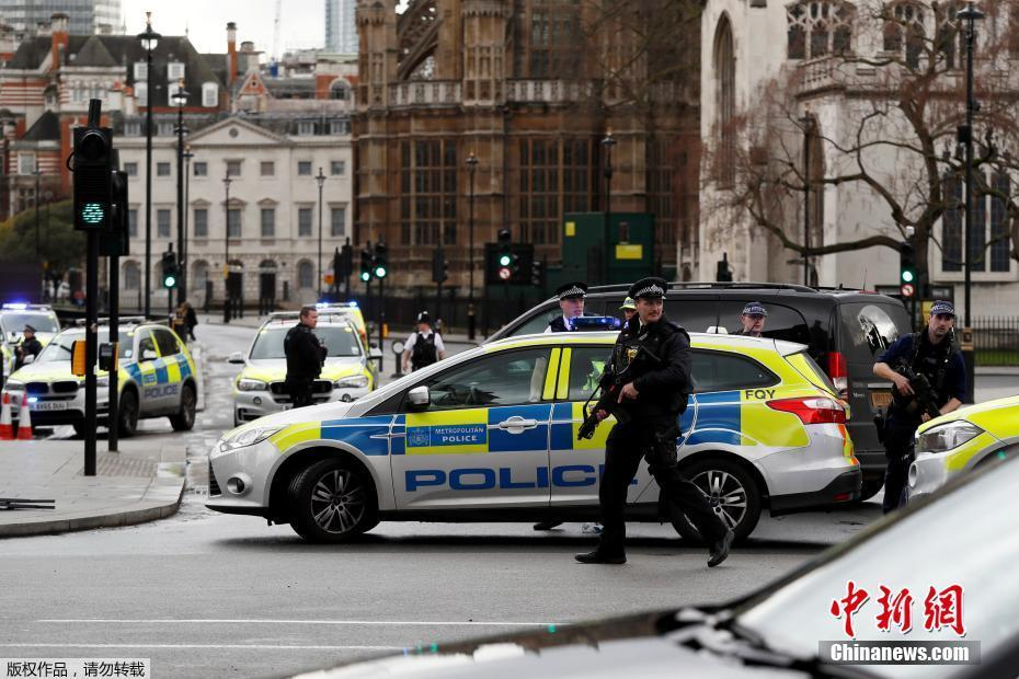 Le bilan monte à 5 morts dont un policier et l