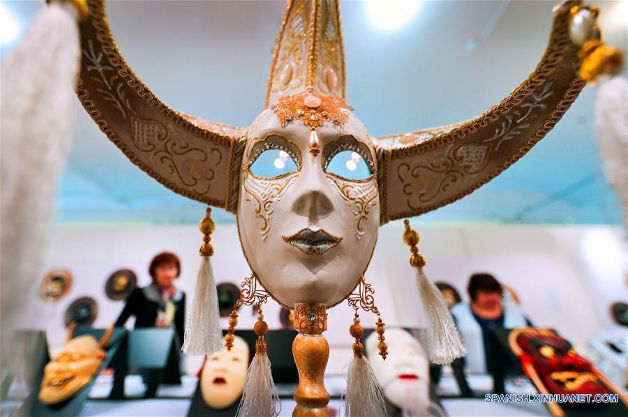 """IVANOVO, marzo 22, 2017 (Xinhua) -- Una máscara es exhibida en la exposición interactiva titulada """"Sin Rostro"""" en el Museo de la Industria y el Arte de Ivánovo, en la ciudad de Ivánovo, Rusia, el 22 de marzo de 2017. La exposición muestra máscaras de varios países y periodos históricos, y permanecerá abierta del 21 de marzo al 12 de mayo, de acuerdo con información de la prensa local. (Xinhua/Smirnov Vladimir/TASS/ZUMAPRESS)"""