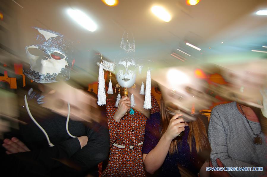 """IVANOVO, marzo 22, 2017 (Xinhua) -- Visitantes recorren la exposición interactiva titulada """"Sin Rostro"""" en el Museo de la Industria y el Arte de Ivánovo, en la ciudad de Ivánovo, Rusia, el 22 de marzo de 2017. La exposición muestra máscaras de varios países y periodos históricos, y permanecerá abierta del 21 de marzo al 12 de mayo, de acuerdo con información de la prensa local. (Xinhua/Smirnov Vladimir/TASS/ZUMAPRESS)"""
