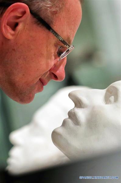 """IVANOVO, marzo 22, 2017 (Xinhua) -- Un visitante observa una máscara exhibida en la exposición interactiva titulada """"Sin Rostro"""" en el Museo de la Industria y el Arte de Ivánovo, en la ciudad de Ivánovo, Rusia, el 22 de marzo de 2017. La exposición muestra máscaras de varios países y periodos históricos, y permanecerá abierta del 21 de marzo al 12 de mayo, de acuerdo con información de la prensa local. (Xinhua/Smirnov Vladimir/TASS/ZUMAPRESS)"""