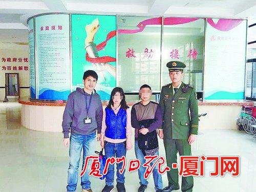 受害人吴某的父亲(右二)来厦接吴某(左二)。