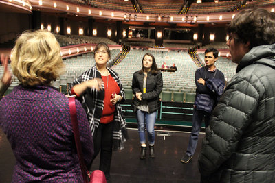 尤金歌剧教育总监艾米·亚当斯带学院学生参观席尔瓦音乐厅