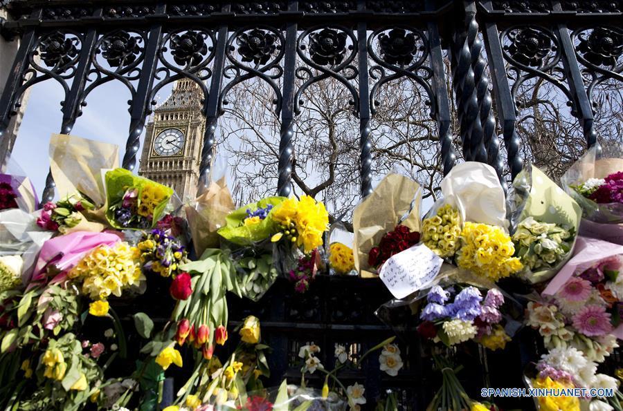 LONDRES, marzo 26, 2017 (Xinhua) -- Ofrendas florales a las víctimas permanecen frente al Parlamento cuatro días después del atentado terrorista de Westminster ocurrido el 22 de marzo, en Londres, Reino Unido, el 26 de marzo de 2017. Un hombre fue arrestado el domingo como parte de la investigación sobre el ataque terrorista perpetrado cerca del Parlamento británico, informó la policía metropolitana de Londres. La policía detuvo a un hombre de 30 años de edad en un domicilio de Birmingham por la sospecha de preparar ataques terroristas. El sospechoso se encuentra bajo custodia de la policía. (Xinhua/Isabel Infantes/London News Pictures/ZUMAPRESS)