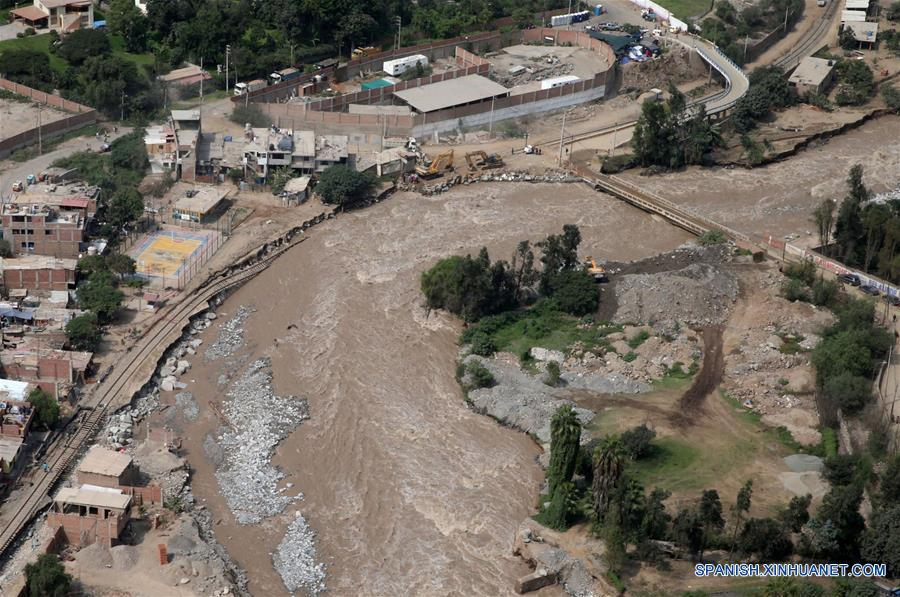 LIMA, marzo 26, 2017 (Xinhua) -- Vista aérea de la carretera central, afectada por el desborde del río Rimac, en la zona de Huarochirí, en Lima, Perú, el 26 de marzo de 2017. El Niño costero, que hasta el momento ha dejado al menos 90 muertos y unos 800,000 damnificados en Perú, mantenía el domingo sus afectaciones sobre la nación andina, y en la región de Piura descargaba una intensa lluvia por más de 15 horas. (Xinhua/Vidal Tarqui/ANDINA)