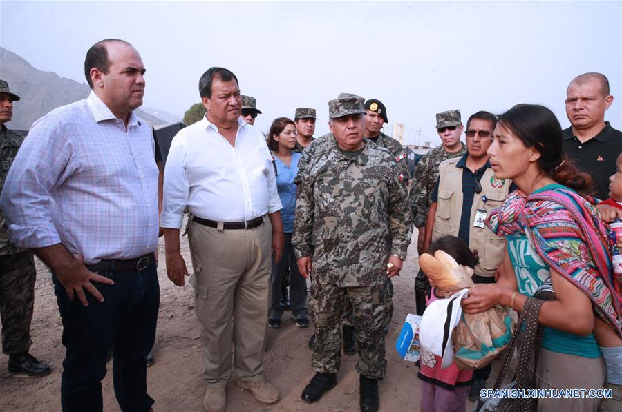 LIMA, marzo 26, 2017 (Xinhua) -- El presidente del Consejo de Ministros, Fernando Zavala (i), y el ministro de Defensa, Jorge Nieto (2-i), realizan una visita a la localidad de Carapongo, en el distrito de Lurigancho-Chosica, en Lima, Perú, el 26 de marzo de 2017. El Niño costero, que hasta el momento ha dejado al menos 90 muertos y unos 800,000 damnificados en Perú, mantenía el domingo sus afectaciones sobre la nación andina, y en la región de Piura descargaba una intensa lluvia por más de 15 horas. (Xinhua/Norman Córdova/ANDINA)