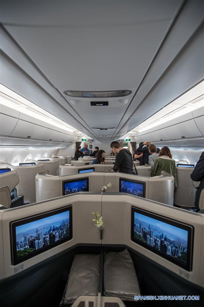 TEL AVIV, marzo 26, 2017 (Xinhua) -- Representantes de los medios de comunicación visitan la cabina de un avión de pasajeros Airbus A350-900, en el Aeropuerto Internacional Ben Gurion en Tel Aviv, Israel, el 26 de marzo de 2017. Cathay Pacific lanzó el domingo una nueva ruta de vuelo que une a Hong Kong con Tel Aviv. La aerolínea operará 4 vuelos semanales en esta ruta, con un vuelo adicional cada semana durante la temporada alta. (Xinhua/Guo Yu)